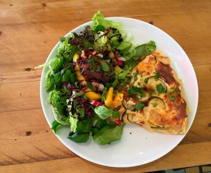 Torta salata mit Gemüse der Saison, dazu Salat