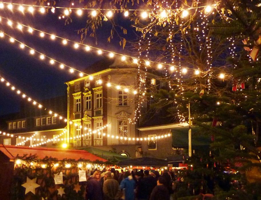 blotschenmarkt-mettmann-lichter-ueber-dem-weihnachtsmarkt