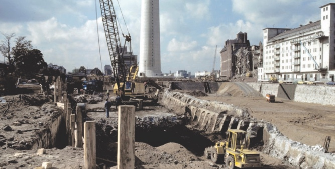 © Landtag NRW - Baugrube, Abbruch der Mole auf der Stadtseite mit Blick auf den Fernmeldeturm und das Hafengebäude von Fortin und Rhenus, 1981