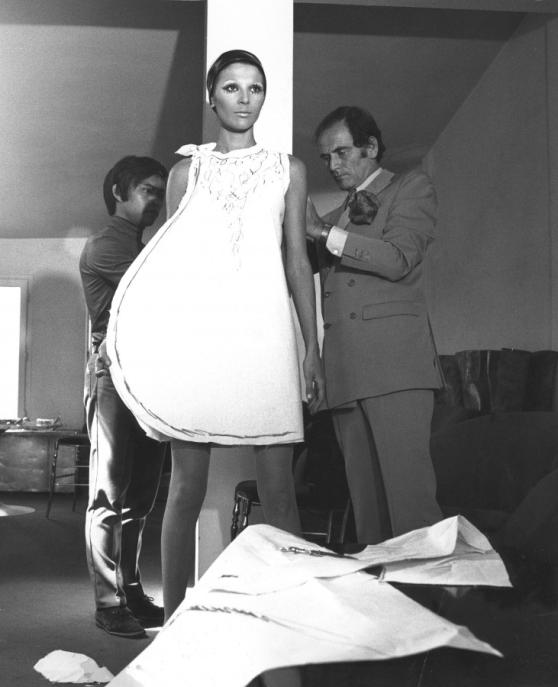 Pierre Cardin und Model bei der Anprobe eines Entwurfs, 1967 Archives Pierre Cardin, ©Archives Pierre Cardin, Foto: unbekannt